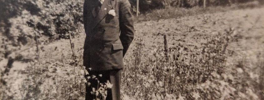 Das Foto zeigt wohl einen Enkel Theodor Storms, der im Garten der damaligen Gärtnerei am Kasseler Tor steht.