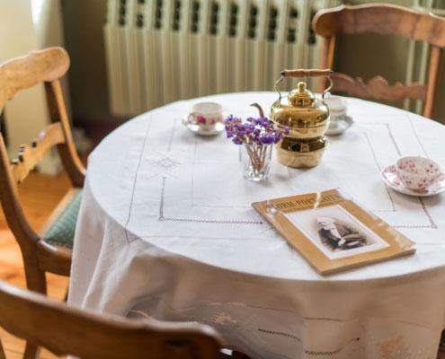 Ein Tisch mit Teegeschirr