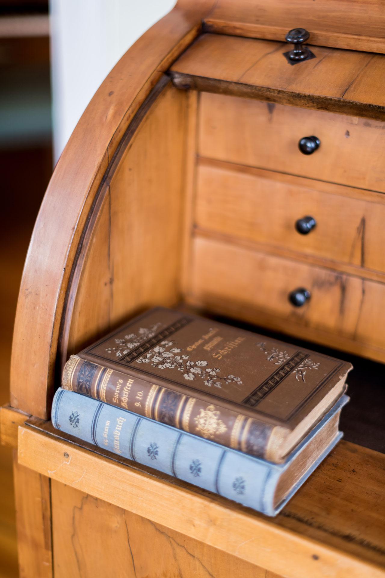 Bücher auf einem Schreibsekretär aus dem 19. Jahrhundert